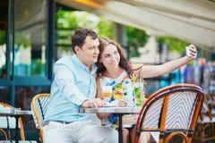 在巴黎人咖啡馆的浪漫爱恋的夫妇 库存图片