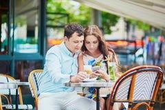 在巴黎人咖啡馆的浪漫爱恋的夫妇 图库摄影