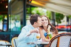 在巴黎人咖啡馆的浪漫爱恋的夫妇 免版税库存照片