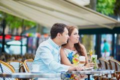 在巴黎人咖啡馆的浪漫爱恋的夫妇 免版税图库摄影
