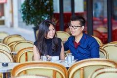 在巴黎人咖啡馆的年轻浪漫亚洲夫妇 库存图片