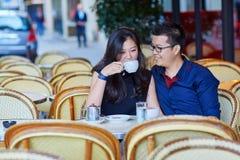 在巴黎人咖啡馆的年轻浪漫亚洲夫妇 库存照片