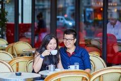 在巴黎人咖啡馆的年轻浪漫亚洲夫妇 图库摄影