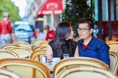 在巴黎人咖啡馆的年轻浪漫亚洲夫妇 免版税库存图片