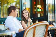 在巴黎人咖啡馆的年轻浪漫夫妇 库存照片