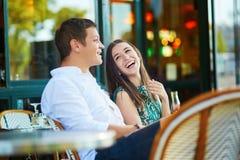 在巴黎人咖啡馆的年轻浪漫夫妇 免版税库存照片