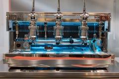 在主人的咖啡机器2013年在米兰,意大利 免版税库存照片