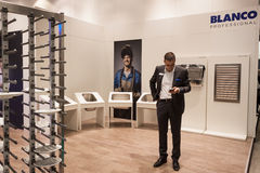 在主人的商人2013年在米兰,意大利 图库摄影