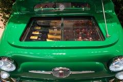 在主人的菲亚特500冰箱2013年在米兰,意大利 免版税图库摄影