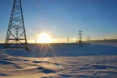 在冻伏尔加河的电塔 图库摄影