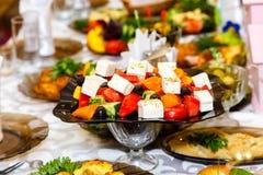 在宴会桌上的希腊沙拉 库存图片