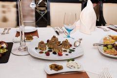 在宴会桌上的开胃食物 免版税图库摄影