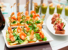 在宴会桌上的虾开胃菜 图库摄影