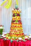 在宴会的五颜六色的果子金字塔 库存图片