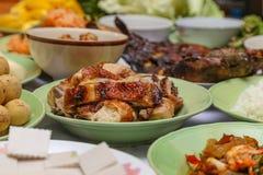 在宴会主要的各种各样的泰国食物是烤鸡 免版税库存照片