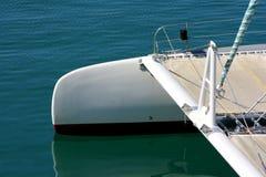 在巴伦西亚地中海港的白色catamarane停泊  免版税图库摄影