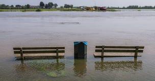在水位高的两条长凳在IJssel 免版税库存照片
