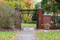 在更低的校园,俄勒冈州立大学, Corvallis里的秋天门 免版税库存图片