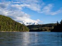 在更低的Stikine河的山在不列颠哥伦比亚省,加拿大 图库摄影