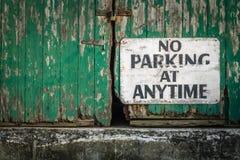 在任何时候禁止停车 库存图片