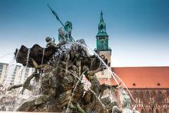 在1891修造的古色古香的海王星喷泉设计由冬日的一个冷的结尾的莱因霍尔德Begas 免版税图库摄影
