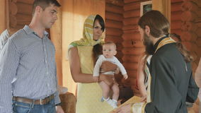 在婴儿洗礼期间,教士读用名义双亲的祷告 股票视频