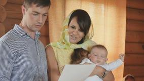 在婴儿洗礼期间,仪式名义双亲背诵祷告 股票视频