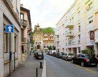在维克多・雨果街道上的美丽的法国大厦在中央AixL 免版税库存图片