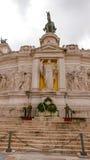 在维克托伊曼纽尔国家历史文物的卫兵在罗马 免版税库存照片