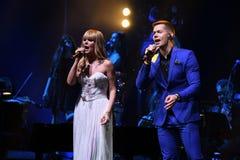 在维克托Drobysh第50个年生日音乐会期间,歌手Stas Piekha和瓦莱里亚在阶段执行 免版税库存图片