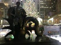 在洛克菲勒中心前面的青年雕象在雨以后在12月 库存图片