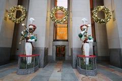 在洛克菲勒中心的木小锡兵号兵圣诞节装饰 库存图片