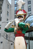在洛克菲勒中心的木小锡兵长笛演员圣诞节装饰在曼哈顿中城 免版税库存照片