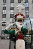 在洛克菲勒中心的木小锡兵长笛演员圣诞节装饰在曼哈顿中城 库存图片
