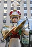 在洛克菲勒中心的木小锡兵崩溃铙钹圣诞节装饰在曼哈顿中城 库存图片