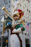 在洛克菲勒中心的木小锡兵崩溃铙钹圣诞节装饰在曼哈顿中城 免版税库存图片