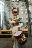 在洛克菲勒中心的木战士鼓手圣诞节装饰在曼哈顿中城 免版税图库摄影