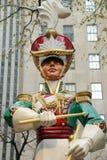 在洛克菲勒中心的木战士鼓手圣诞节装饰在曼哈顿中城 免版税库存照片