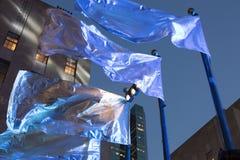 在洛克菲勒中心的蓝旗信号 库存图片