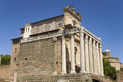 在141公元兴建的Antoninus和Faustina寺庙,在罗马广场,罗马,意大利,欧洲 免版税库存图片