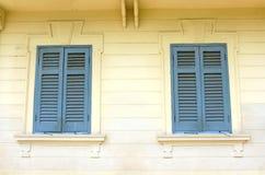 在经典墙壁上的两个葡萄酒窗口 库存照片