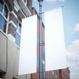 在经典大厦附近的两面白色横幅旗子 免版税库存照片