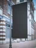在经典大厦附近的黑横幅旗子 库存照片