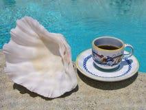在经典意大利陶瓷杯子的浓咖啡咖啡在一个晴朗的夏天早晨服务了游泳池边 库存照片