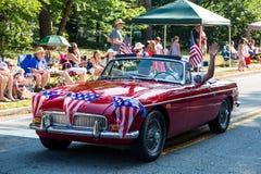 在经典汽车的美国国旗 图库摄影