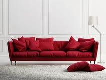 在经典白色样式内部的红色皮革沙发 免版税图库摄影