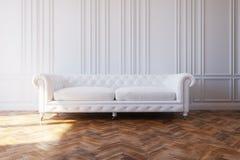 在经典设计内部的白色豪华皮革沙发 图库摄影