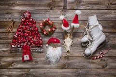 在经典颜色的圣诞节装饰:红色、白色和木头在n 免版税图库摄影