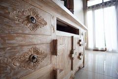 在经典巴厘语样式的家具详述轻的木头 免版税库存照片