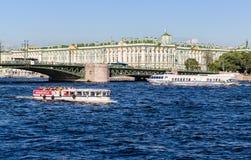 在从内娃河和小船的圣彼得堡观看冬宫 库存图片